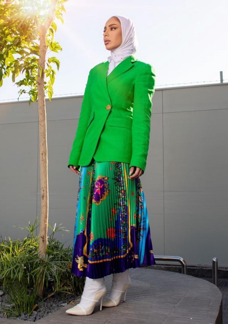 فاطمة العوضي بالتنورة المطبعة -الصورة من حسابها على الانستغرام