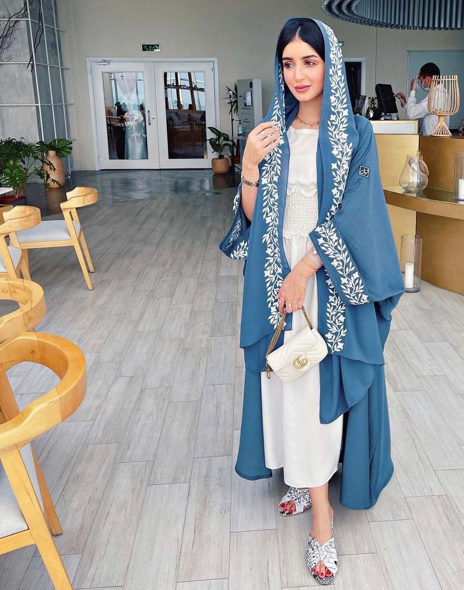 خولة المراغي بعياية زرقاء مطرزة بالزهور -الصورة من حسابها على الانستغرام