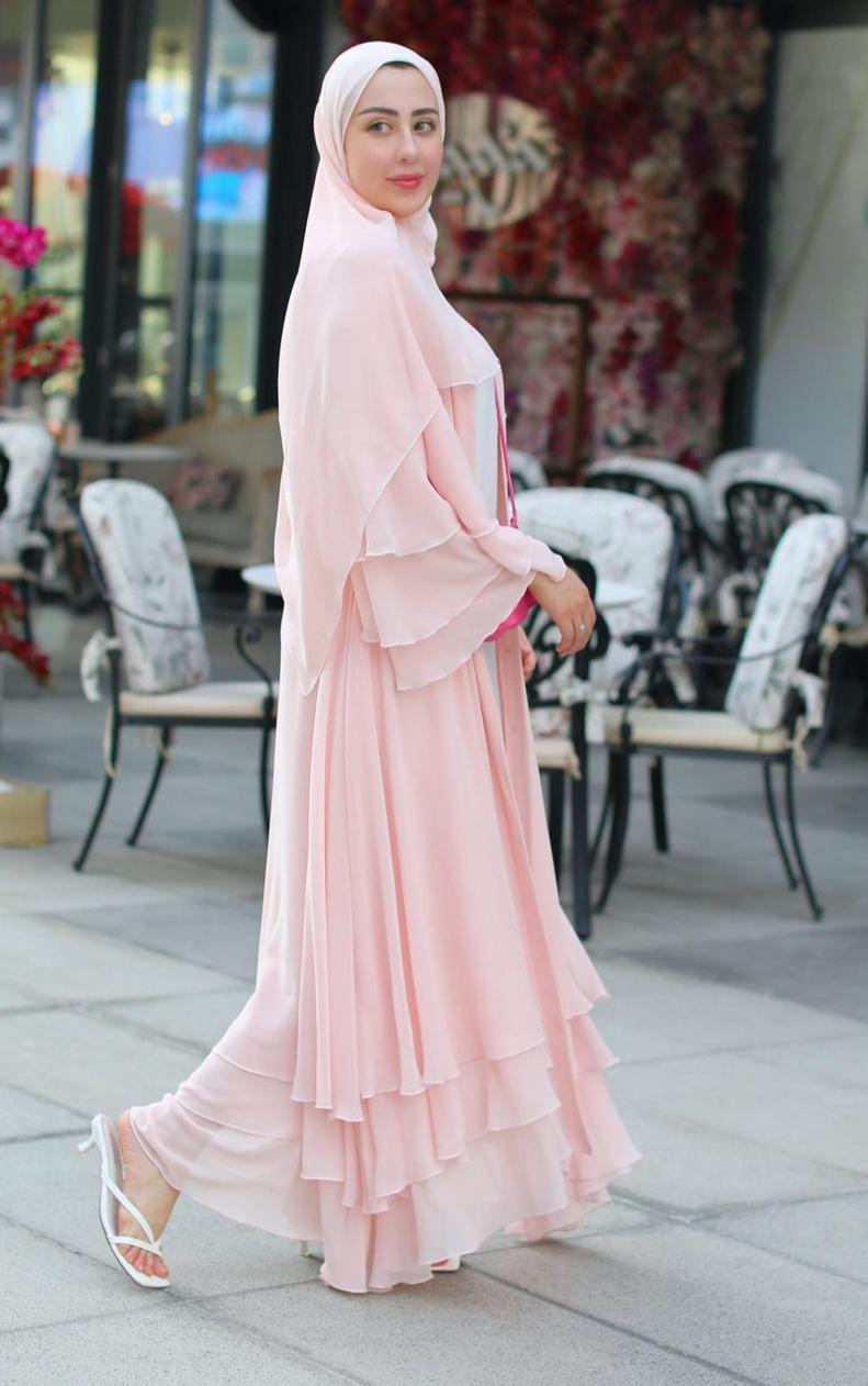 شهد ناصر بعباية زهرية لمظهر أنثوي -الصورة من حسابها على الانستغرام