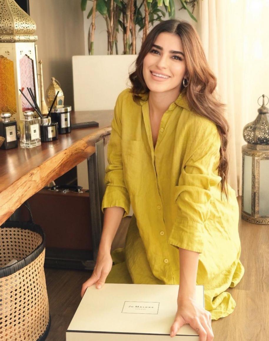 ديما الشيخلي بالجلابية الصفراء -الصورة من حسابها على الانستغرام