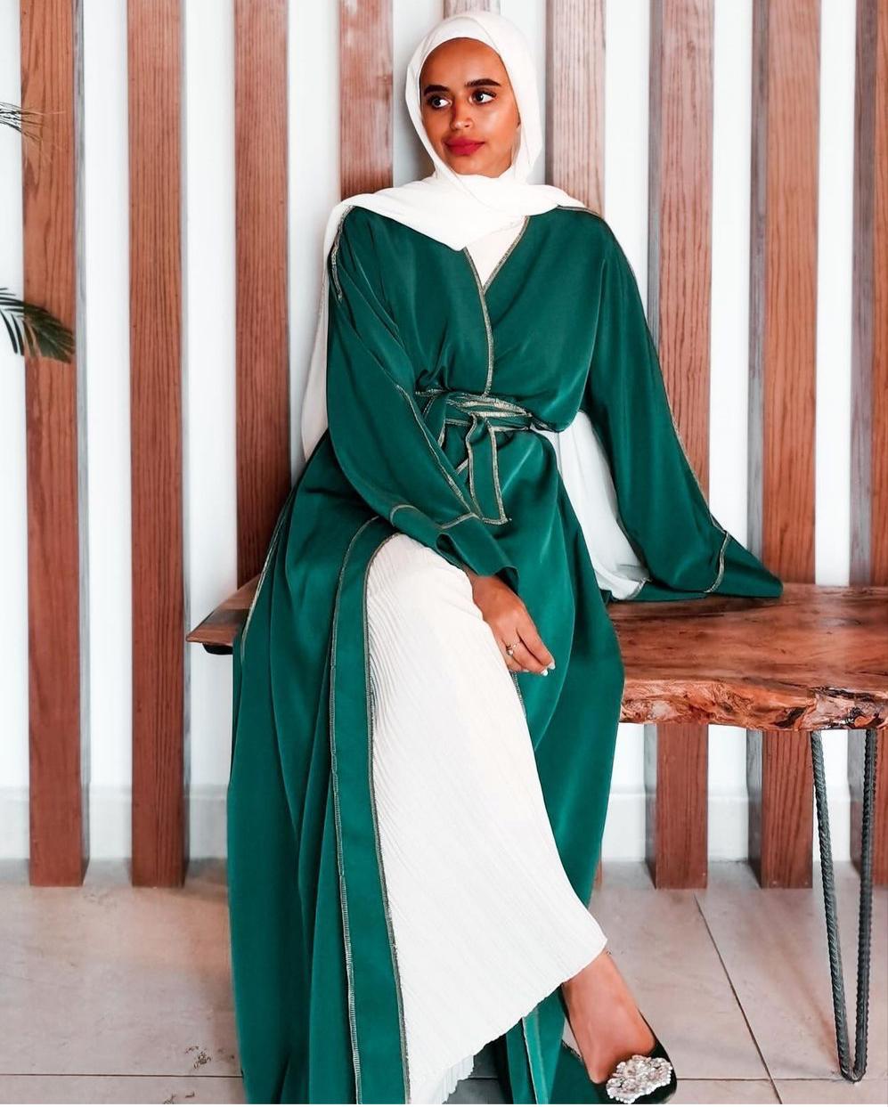 لولوة الخطاف بعباية خضراء -الصورة من حسابها على الانستغرام