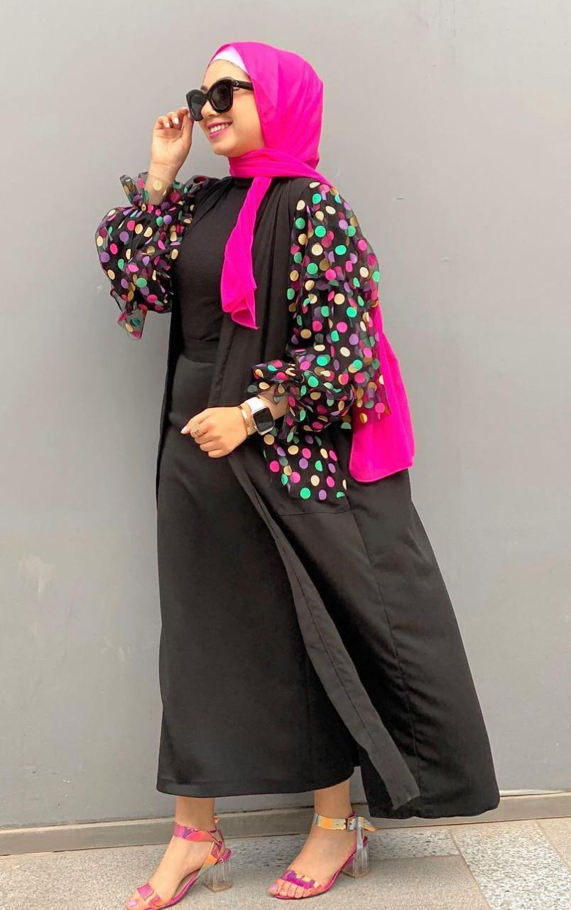 مي عبدالفتاح بعباية سوداء مزينة بالالوان الصورة من حسابها على الانستغرام