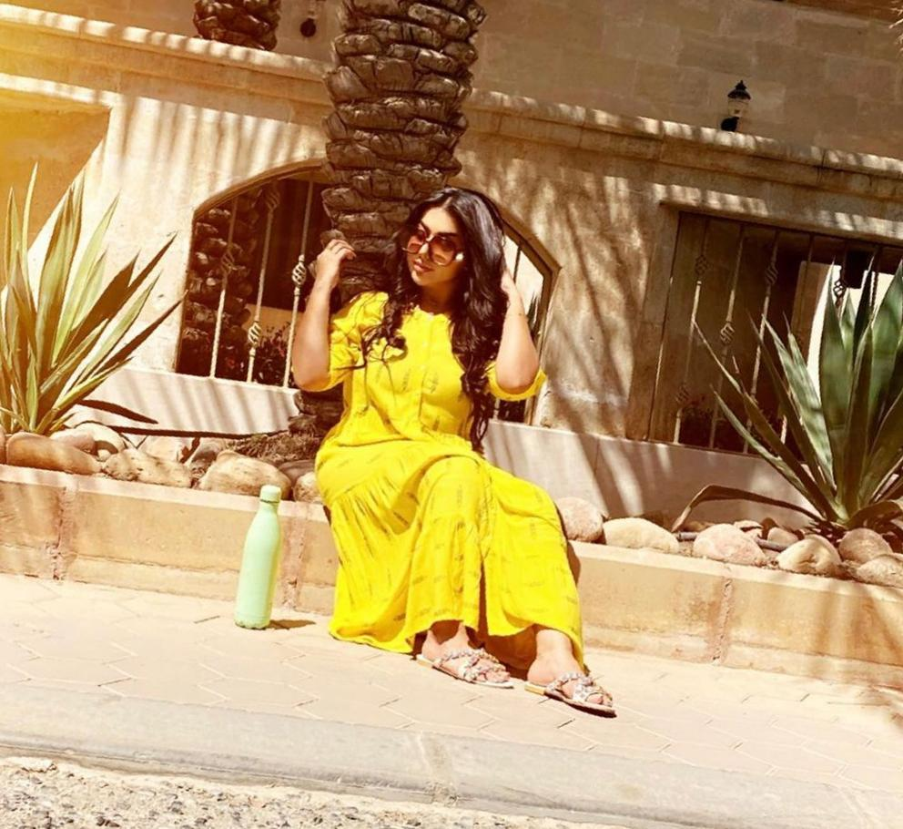غادة الزدجالي بجلابية صفراء - الصورة من حسابها على الانستغرام