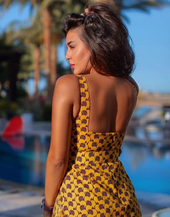ياسمين في فستان مطبع بالبني الصورة من حساب النجمة على انستغرام