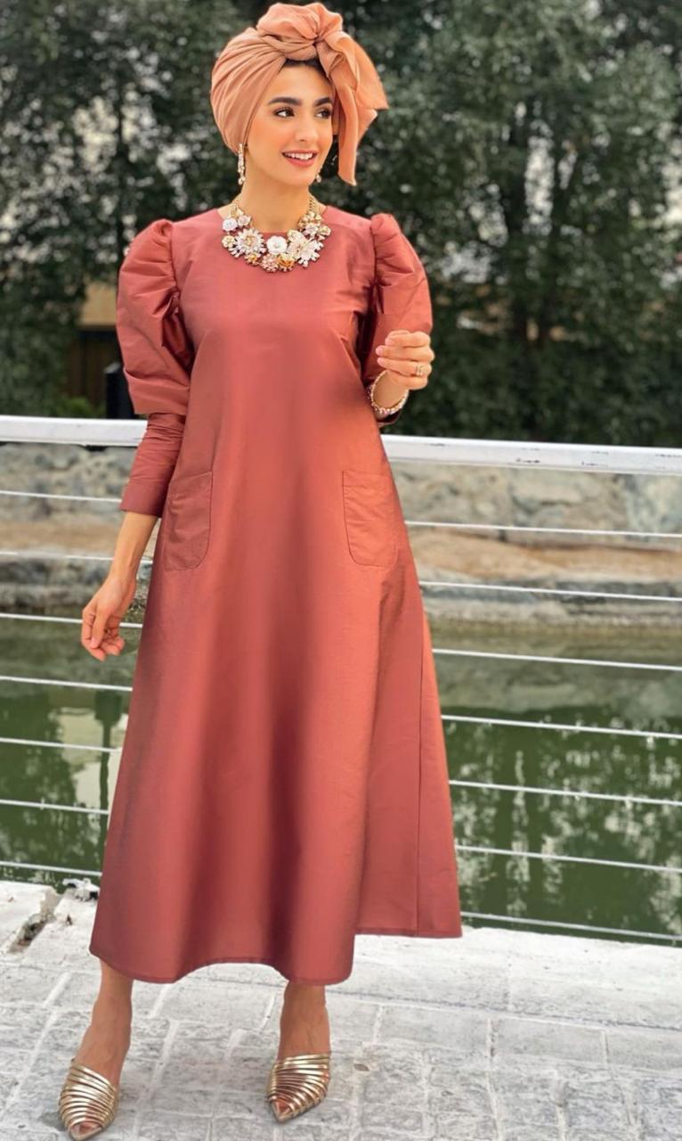 رؤى الموالي بفستان عصري للعيد -الصورة من حسابها على الانستغرام
