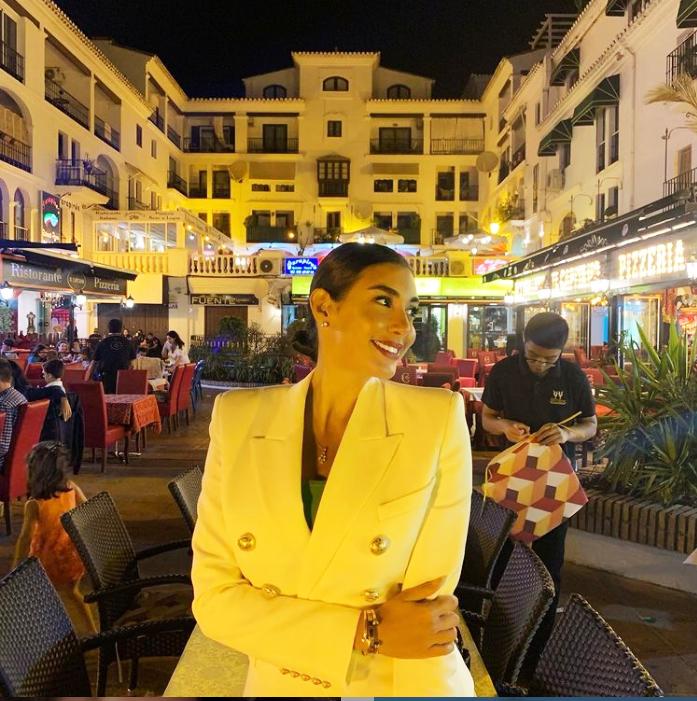 ياسمين ترتدي البليزر الأصفر من حساب النجمة على انستغرام