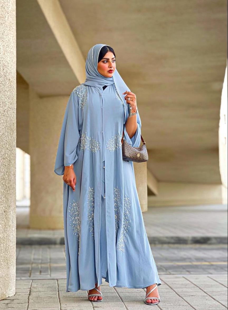 حوراء اللواتي بعباية زرقاء -الصورة من حسابها على الانستغرام