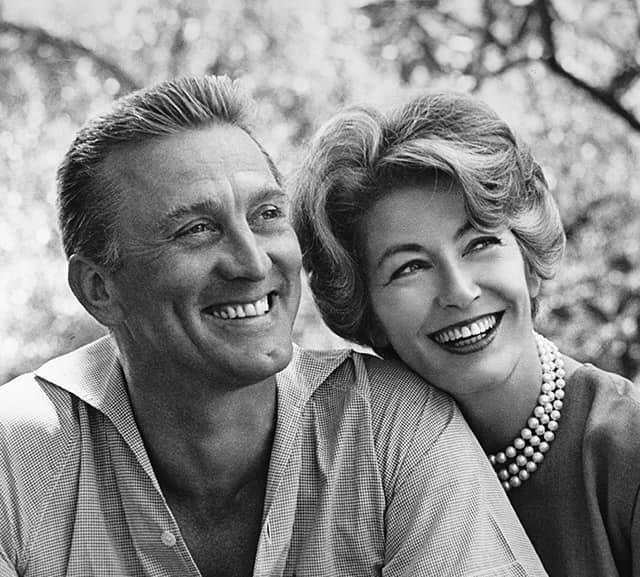 آن وزوجها كيرك دوغلاس في شبابهما حيث استمر زواجهما الناجح 66 عاماً-الصورة من حساب مايكل دوغلاس بفيسبوك