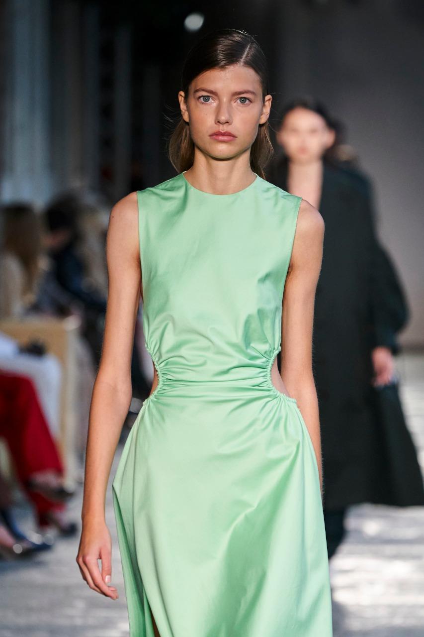 فستان باللون الأخضر من Boss