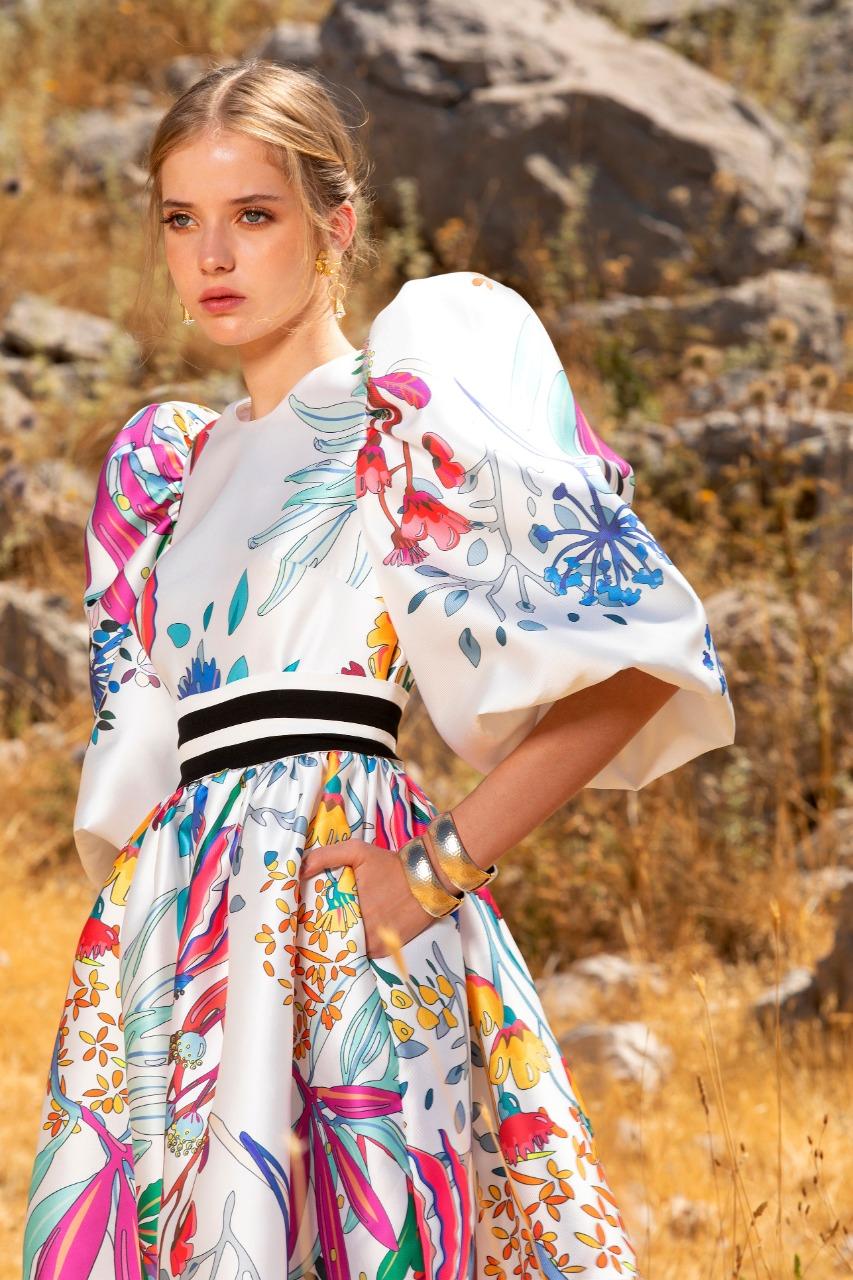 فستان باللون الأبيض المنقوش بورود من إيلي صعب Elie Saab