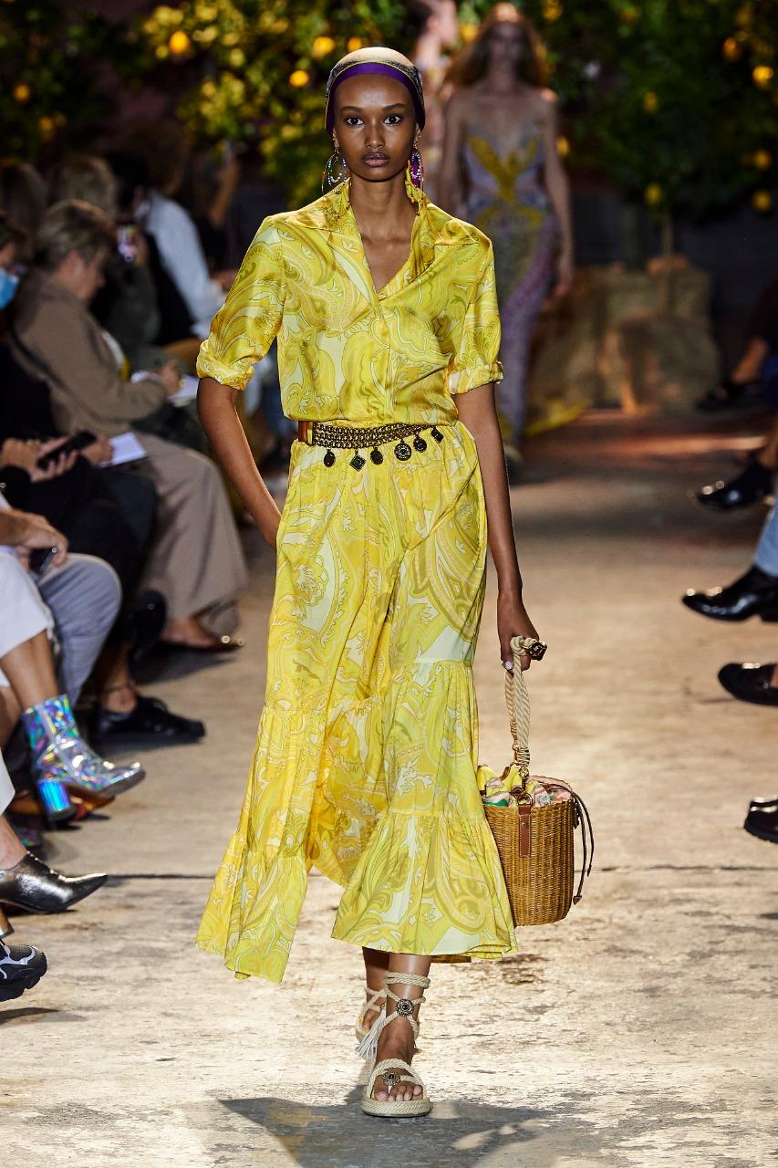 فستان كاجوال باللون الأصفر من إيترو «Etro»