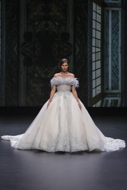 فستان زفاف فضي من  Pronovias