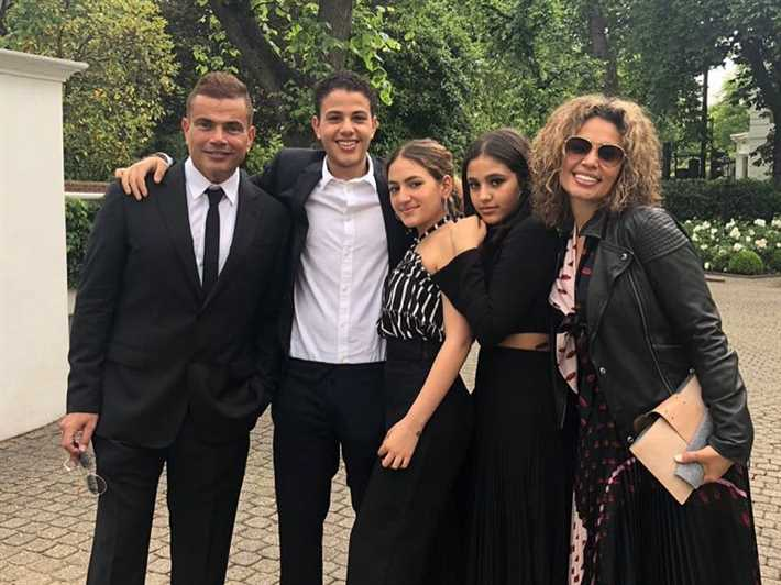 جنى مع والديها عمرو دياب وزينة عاشور وشقيقيها كنزى وعبدالله