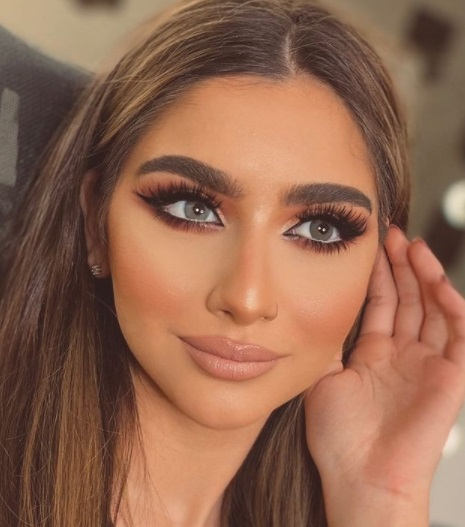 خطوات تطبيق مكياج عيون عربي فخم- الصورة من صفحة خبيرة التجميل دعاء العميري على إنستقرام