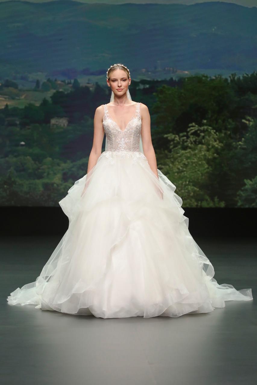 Nicole Milano فستان زفاف تول من