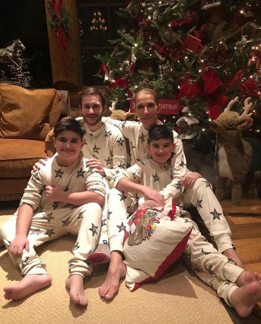 سيلين ديون وأبناؤها الثلاثة في احتفالات الكريسماس- الصورة من حساب سيلين ديون على إنستغرام