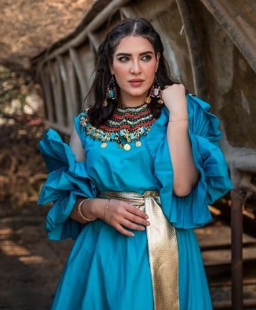 اعتماد هبة الدري لحزام ذهبي لتغيير شكل الفستان
