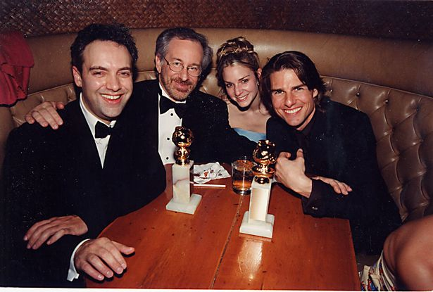 توم كروز وسط سام ميندز وستيفن سبيلبرج في الحفل عام 2000- الصورة من موقع ميرور