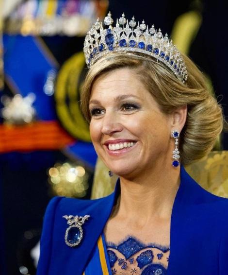 الملكة ماكسيما بتاج وأقراط وبروش من الياقوت الأزرق