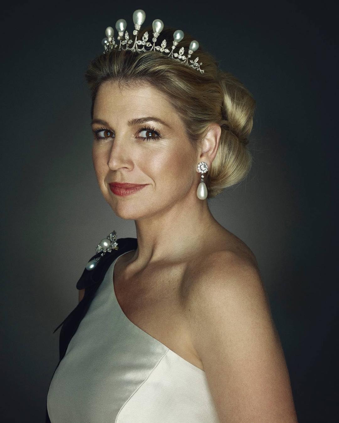 الملكة ماكسيما بطقم كامل من اللؤلؤ الأبيض