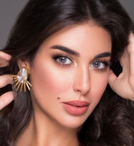 ياسمين صبري بأقراط ضخمة من الذهب الأصفر والكريستال