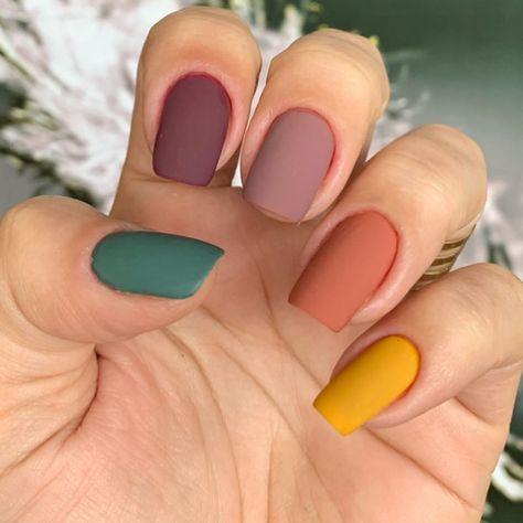طلاء أظافر بألوان متعددة