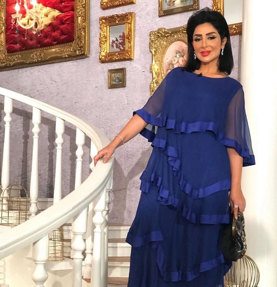 هدى حمدان بأزياء داكنة من الأزرق لإخفاء عيوب الجسم