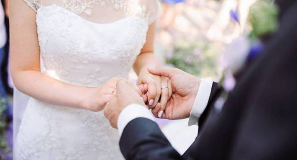 عروسان يحتفلان بزفافهما الشارع بسبب