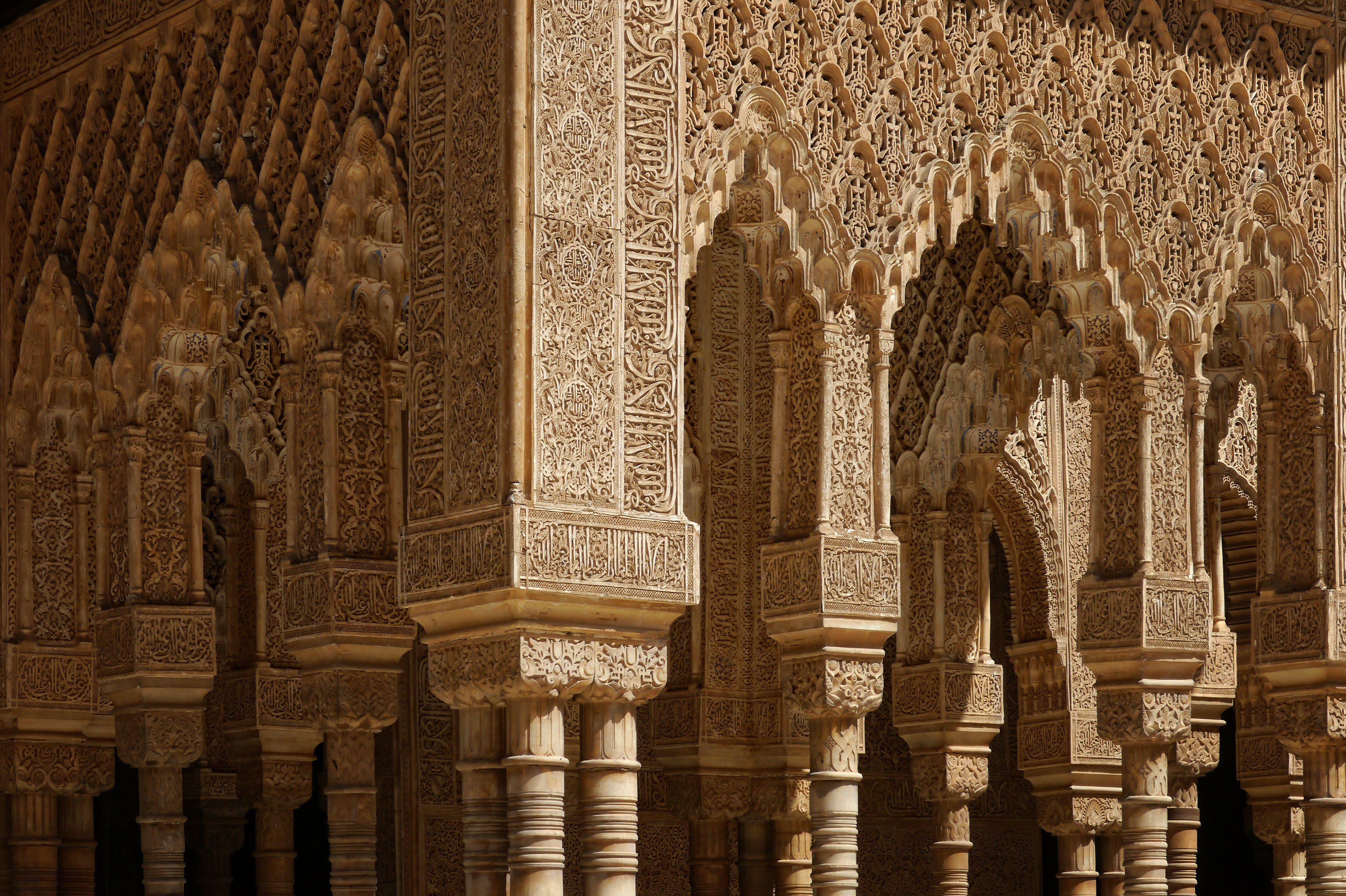 الفن المعماري في نقوش الشعر على جدران قصر الحمراء