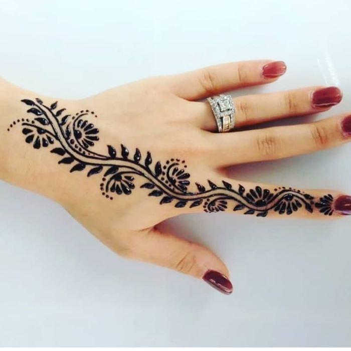 رسومات الحناء على الأصابع أو على الأظافر