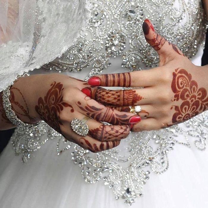 رسومات الحناء على الأصابع بالورود والأزهار