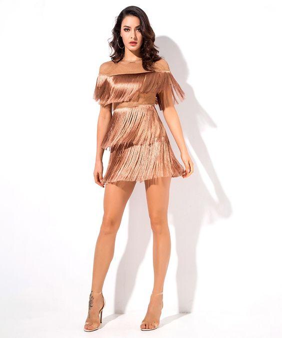 فستان خطوبة بتصميم الشراشيب