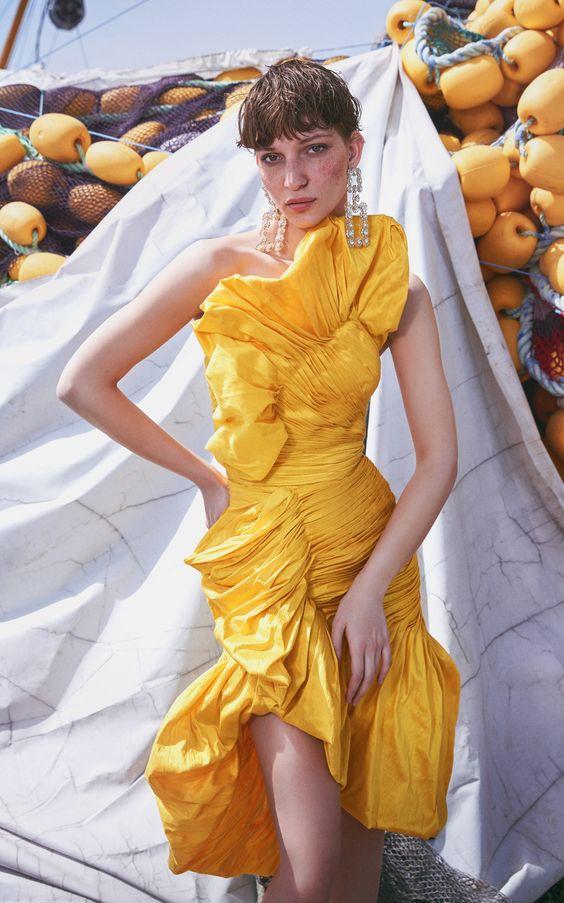 فستان تفته قصير بصدر بتصميم حرف V