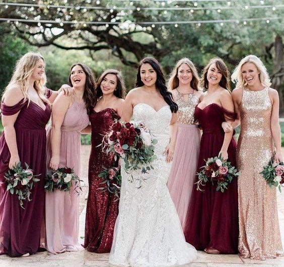 فساتين وصيفات العروس باللون البرغندي