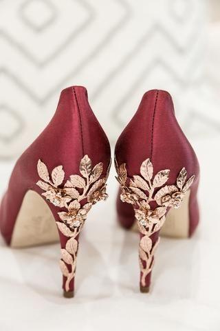 حذاء زفاف باللون البرغندي