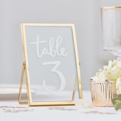 ترقيم الطاولات في حفل الزفاف باستخدام برواز زجاجي