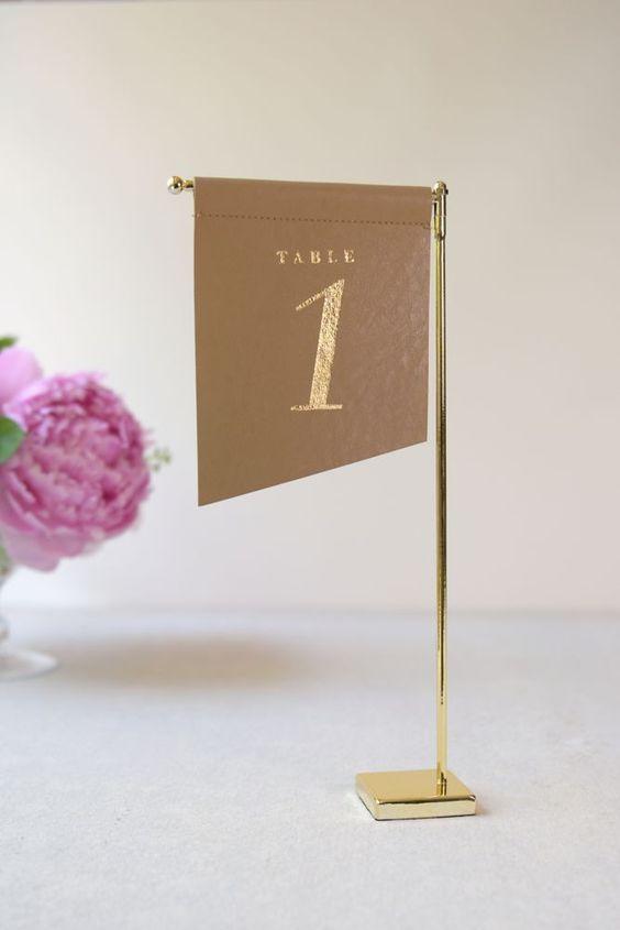 ترقيم الطاولات في حفل الزفاف باستخدام الأعلام