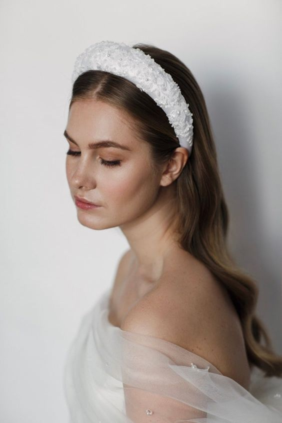 تاج العروس باللون الأبيض