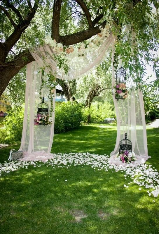 تزيين مداخل حفلات الزفاف بأقفاص العصافير والورود