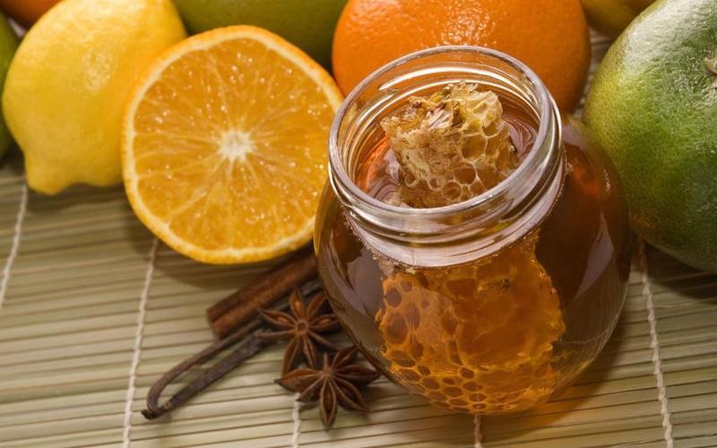 العسل والبرتقال مع الزبادي