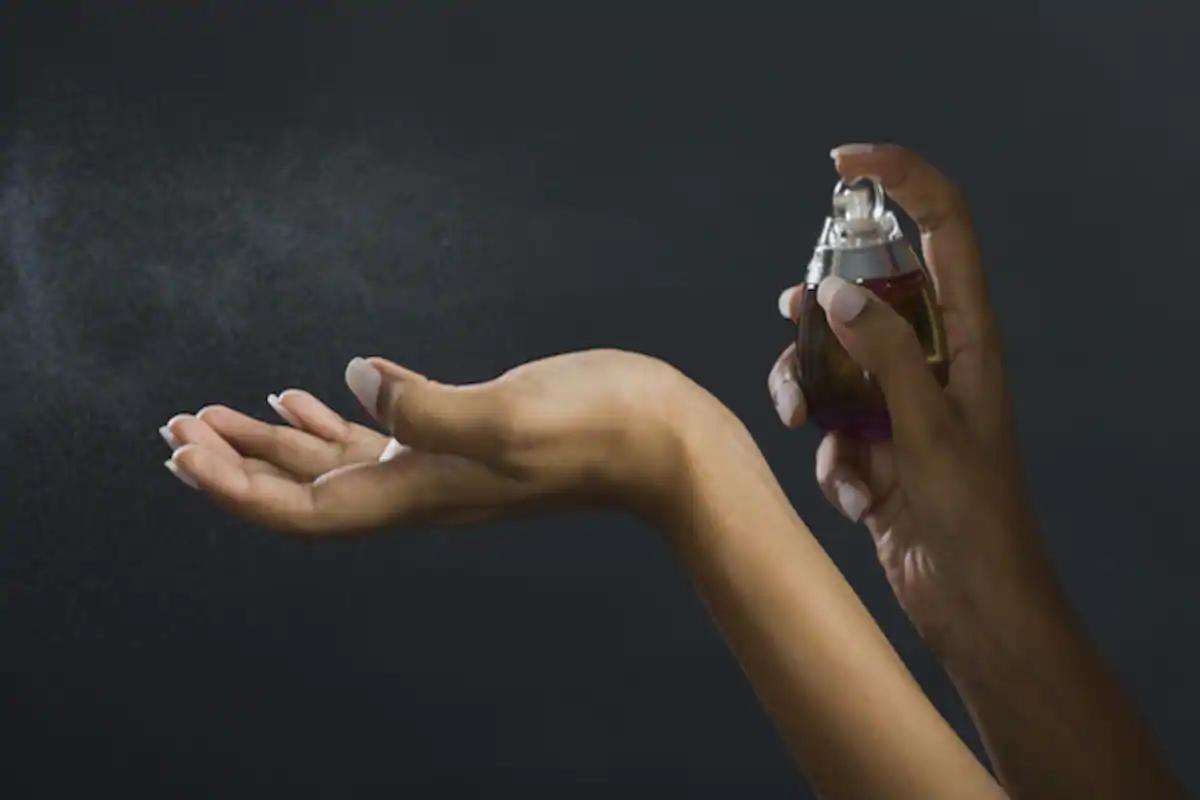 لا تضعي العطر بالقرب من يديك