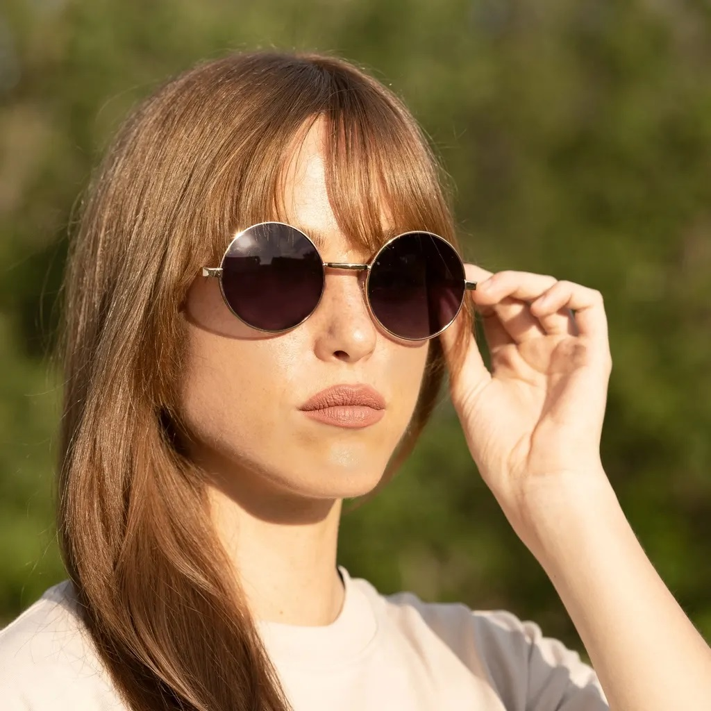 تناسب نظارات الشمس الدائرية الوجه البيضاوي