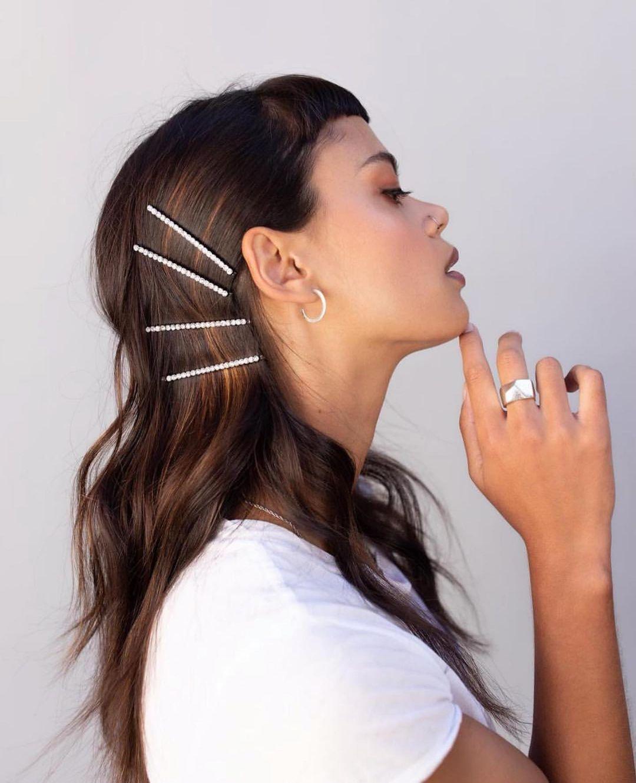 تسريحة الشعر المموج المزينة بالمشابك