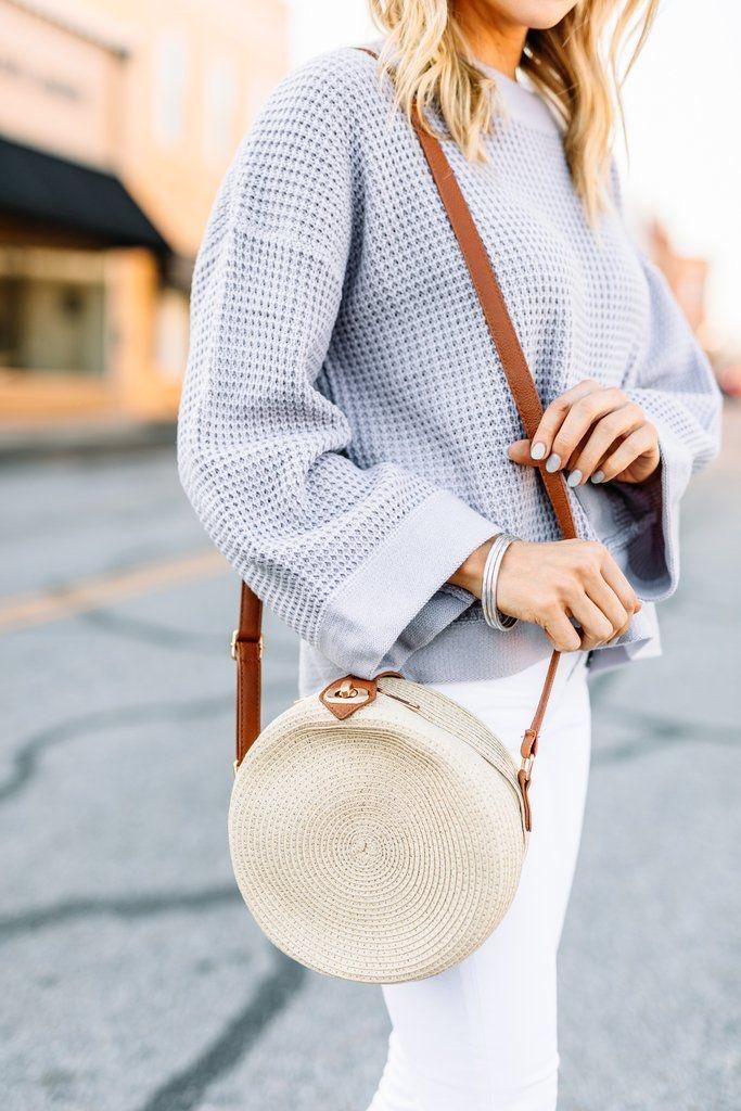حقيبة الكتف الدائرية مع البلوفر ذي الأكمام الواسعة