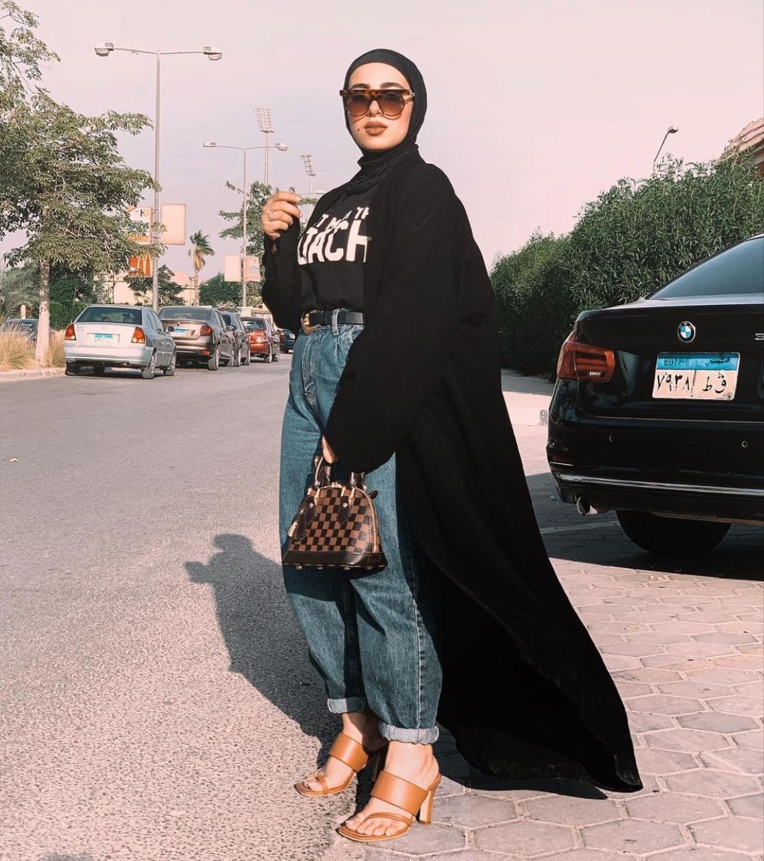 إطلالات العبايات السوداء مع الأزياء الكاجوال