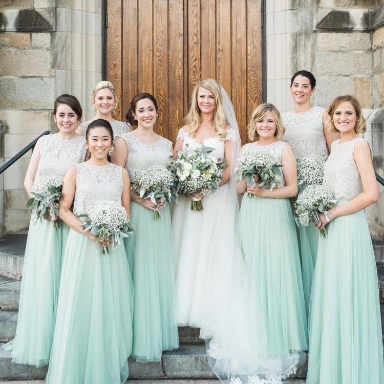 وصيفات العروس بفساتين بنقشة الدانتيل