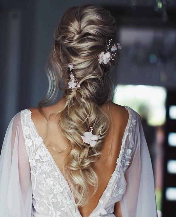 تسريحة شعر الجدائل مع الدبابيس والورود