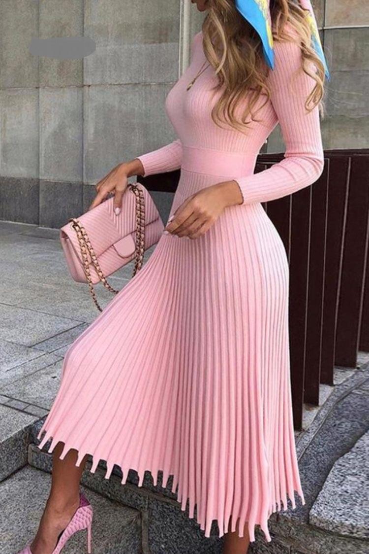 فستان من البليسيه باللون الزهري