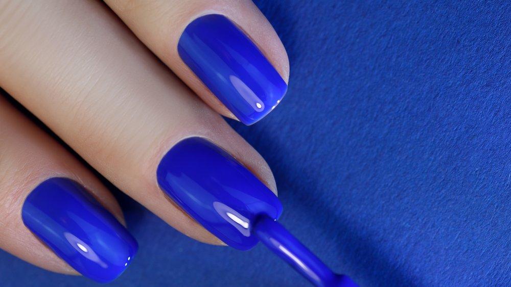 المناكير الأزرق يرمز الى الكثير في شخصية المرأة