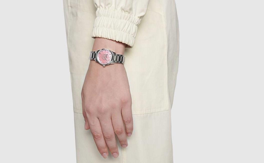 ساعة باللون الزهري من Gucci